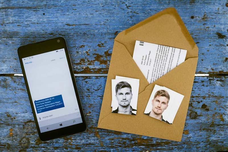 Esimerkki passikuvan toimituksesta, kuvassa kuvatunnus lähetettynä kännykkään, printattuna paperille sekä valokuvamuotoiset passikuvat.
