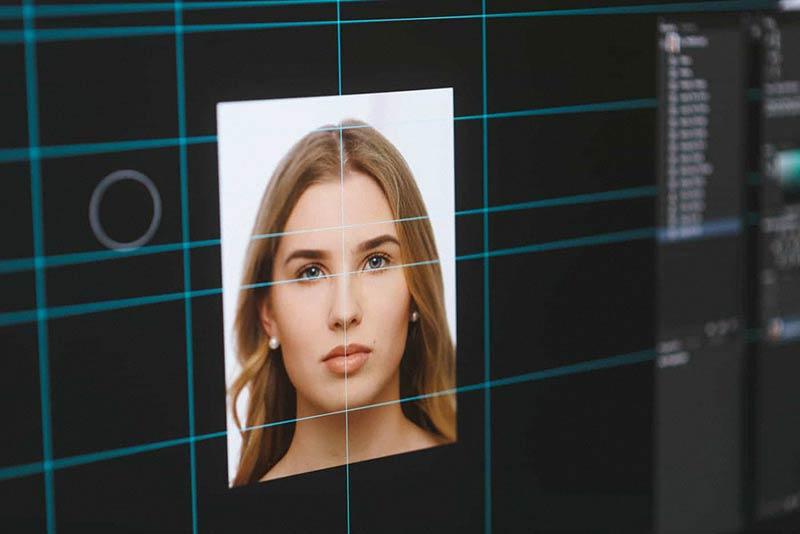 Sähköisen passikuvan vaatimukset, kuva apuviivoineen Photoshop-kuvankäsittelyohjelmassa.