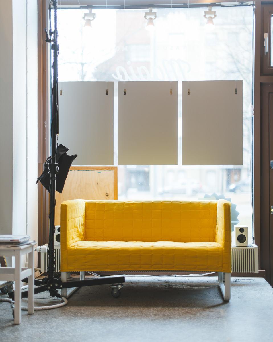 Uusi keltainen sohva Magion studiolla, kuva Valokuvaamo Magio