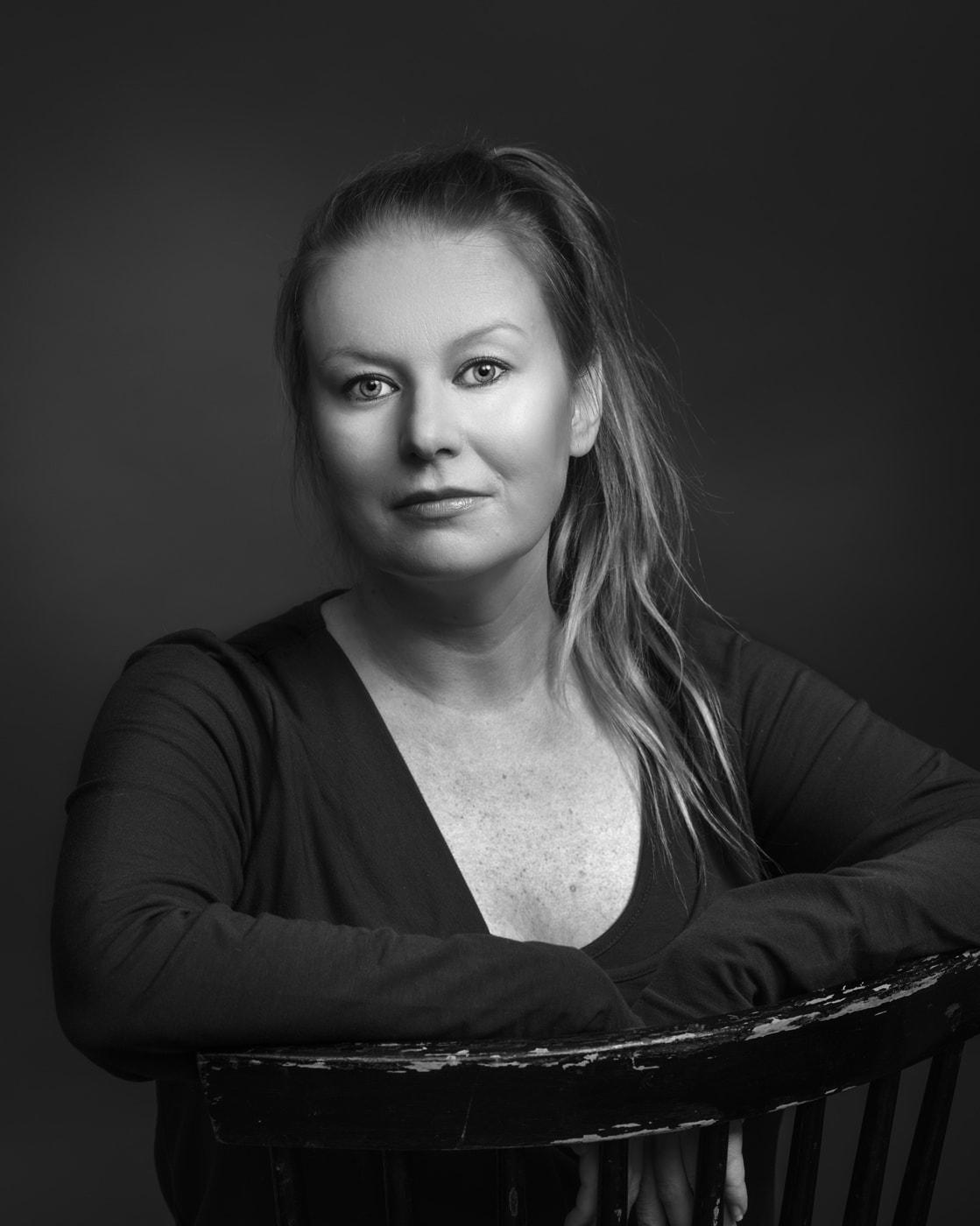 Mustavalkoinen potrettikuva, tumma tausta. Kuvattu Valokuvaamo Magiossa joulukuussa 2016.
