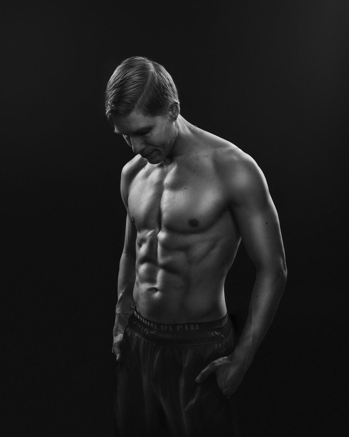Mustavalkoinen fitness-kuva, osa potrettiperjantai-projektia. Kuvassa vuoden treenaamista harrastanut Patrik.